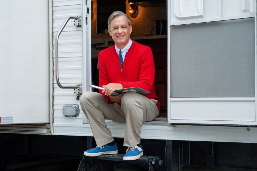 Tom Hanks Nails Fred Rogers Look In Photos From A Beautiful Day In The Neighborhood Fox 59